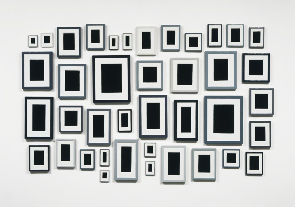 Collection de quarante substituts de plâtre   Allan McCollum   1982   Émail sur hydrostone coulé   Quarante panneaux allant de 12,8x10,2cm à 51,3x41,1cm au total 162,5x279,4cm   MOMA